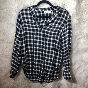H&M | black & white logg button up